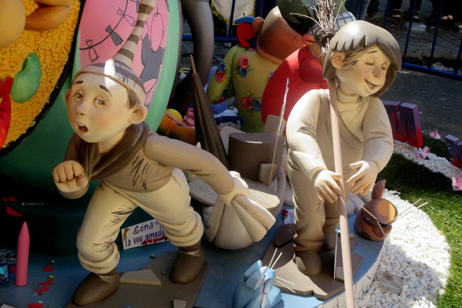 """Falla infantil de Islas Canarias-Trafalgar. Escena inspirada en el gráfico sobre l´estoreta velleta. La comisión infantil lleva 51 años haciendo monumentos. Lema: """"La riquesa que atresora"""". Artista: Vte. Fco. Lorenzo."""