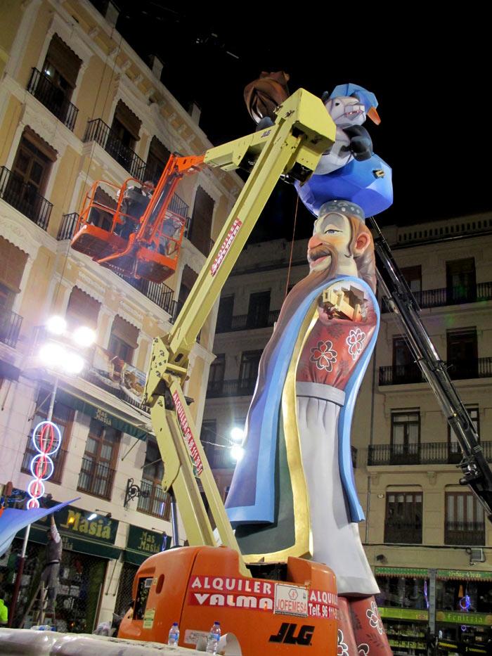 Falla Plaza de la Merced.Artista: Vicente Llacer.  Lema: Un papel de primera. Sección 1ª A.