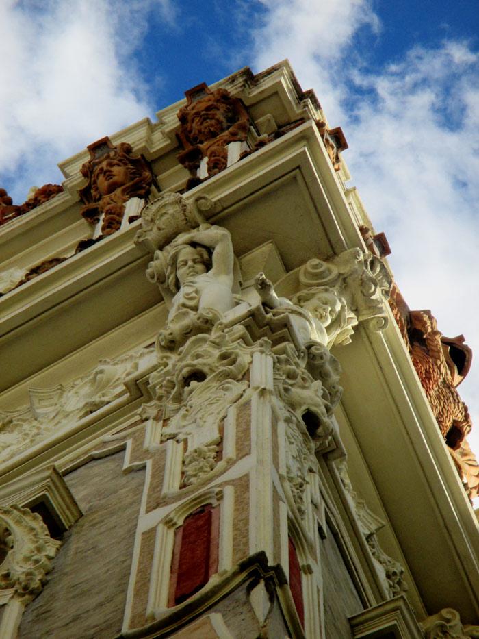 El palacio estaba distribuido en sus paredes exteriores por pinturas al fresco que se fueron deteriorando con el tiempo hasta verse sustituidas por los actuales paneles marmóreos. Hipólito Rovira y José Ferrer entonces fueron sus autores.