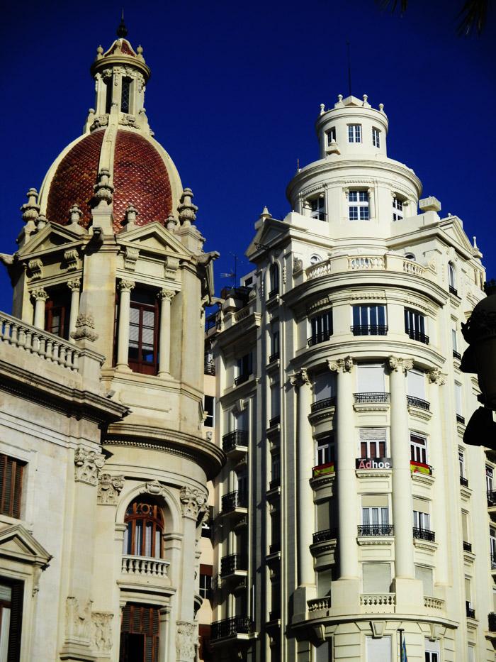 Torre a la izquierda perteneciente al Ayuntamiento de Valencia. Esta es la esquina de la Calle de la Sangre (Convento que tenía dicho nombre en su momento) con la Plaza del Ayuntamiento.