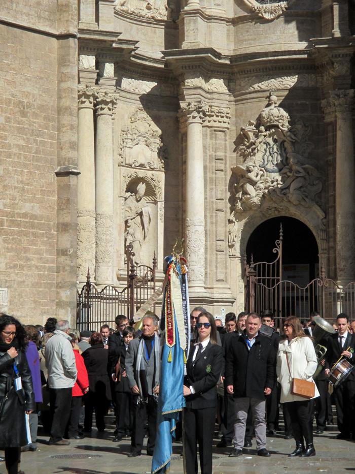 Entrada de banda de música en la Plaza de la Reina a la altura de la Puerta de los hierros de la Catedral.