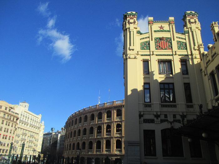 Estación del norte, Torre sur y al fondo la Plaza de Toros conocida como 'el coso de Xàtiva'.
