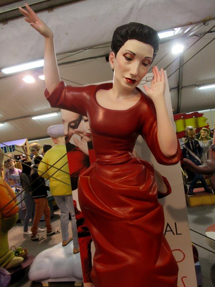 6ª A, Falla Blanquerías. Artistas: Emc2 - Vicente M. Maldonado y Eva Mª Cuerva en escultura -. Luz Casal. 'Somos rosa'.