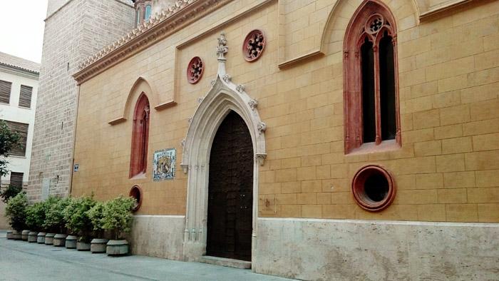 Entrada lateral aunque principal para el acceso de los feligreses a la parroquia de San Nicolás. Iglesia de planta gótica de la segunda mitad del siglo XV aunque fue una de las primeras ermitas y luego iglesias que se construyeron sobre antiguas mezquitas en la reconquista del Rey Jaime I de la ciudad.