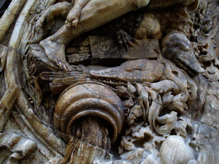 Detalle metafórico del gran jarrón emanando como el Río Turia.