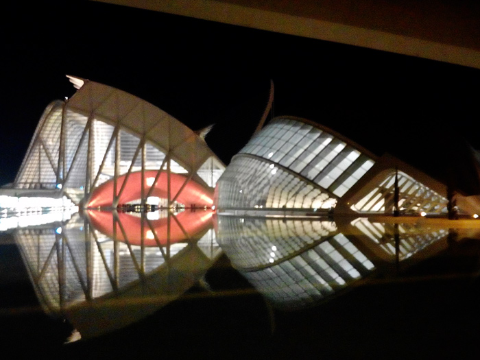 Panorámica nocturna de l´Hesmifèric y Museo de las Ciencias Príncipe Félipe al fondo.