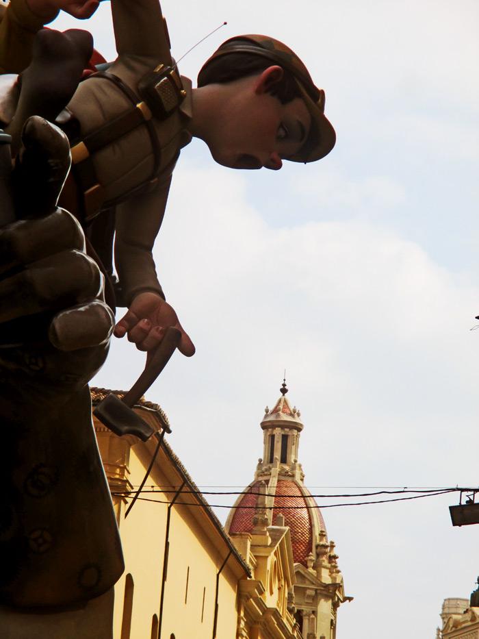 Uno de los personajes del remate de la falla de San Vicente-Periodista Azzati.