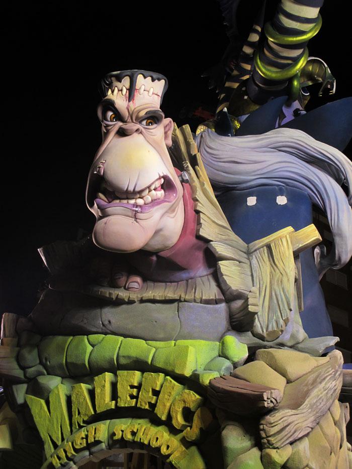 Uno de los personajes maléficos y más iconografiados de las fallas en la parte dorsal del monumento: Frankenstein rodeado de orcos.