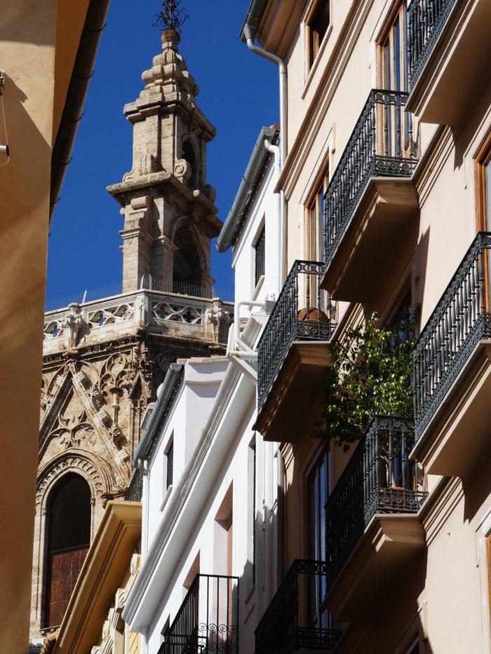 Torre catedralicia del 'Miquelet' o 'Micalet' en perspectiva tomada desde la Calle de la Verònica junto a la Plaza del Milacre del Mocadoret, uno de los lugares más acogedores del barri del Mercat.